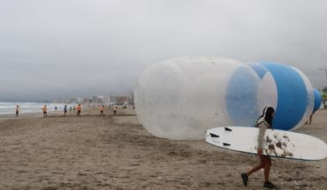 Giant bottles appear in La Serena Beach