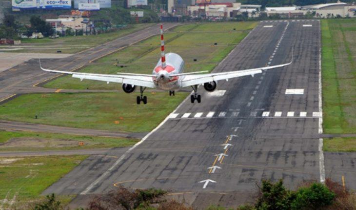 Presidente hondureño pide aplicar ley que baje pasaje aéreo en Centroamérica