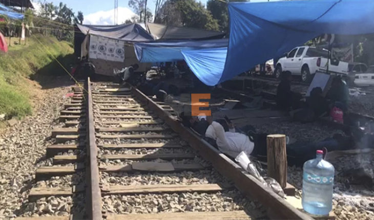 Teachers of the CNTE radicals refuse to release the train tracks, require federalization
