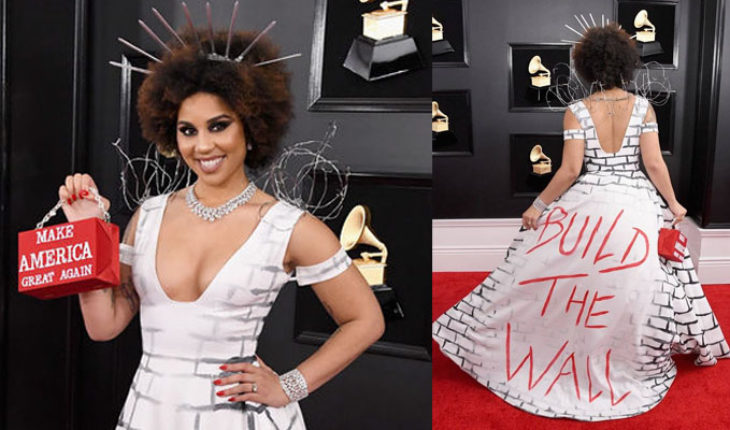 """The Grammy Awards, the American singer Joy Villa wears a dress with the legend: """"Build the wall"""""""