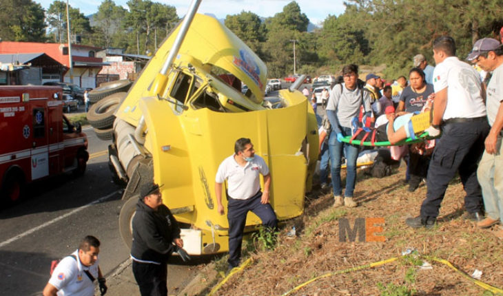 Trailer dragging two cars, reported seven people injured, in Uruapan