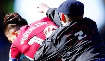 Brutal agresión de un hincha a jugador del Aston Villa en el clásico ante Birmingham