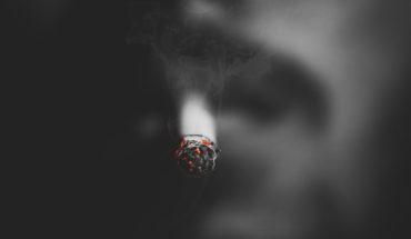 Fumar te hará libre. Hombre con un cigarrillo encendido. Foto: Alfaz Sayed / Unsplash.