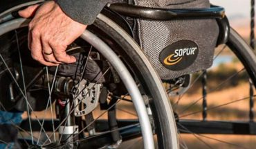 Gastó sus ahorros de 2 años para comprar silla de ruedas para su amigo