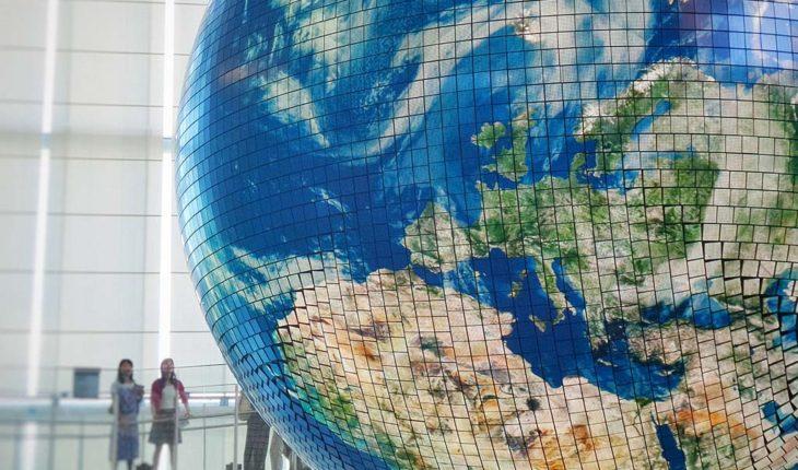 Más blanda que económica, la globalización continua. Modelo de escala de la tierra. Foto: Franck V. (Unsplash). Blog Elcano