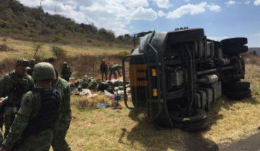 Vuelca camión militar en carretera, diez soldados heridos
