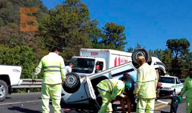 Auto impacta contra taxi que volcó hay dos lesionados en Uruapan, Michoacán