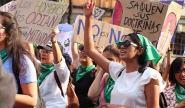 Green and purple tide takes streets of the CDMX