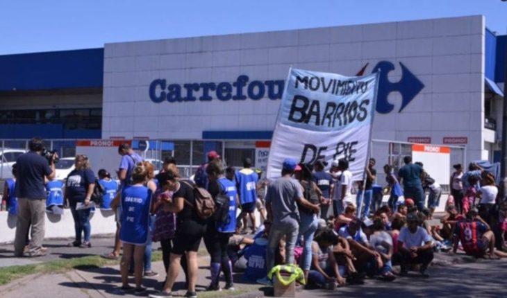 Movimientos sociales protestaron con ollas y acampes frente a supermercados