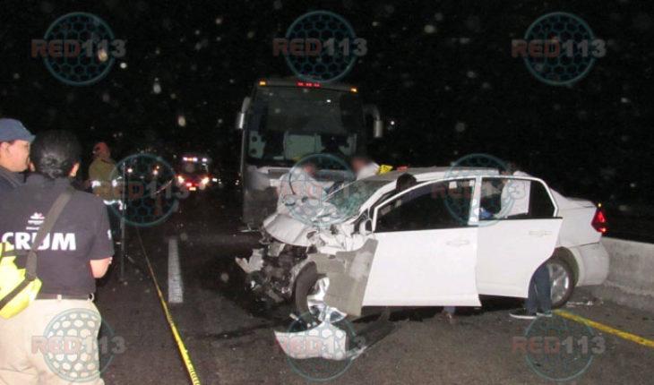 Muere el conductor de un auto al chocar de frente contra un autobús, en la Morelia