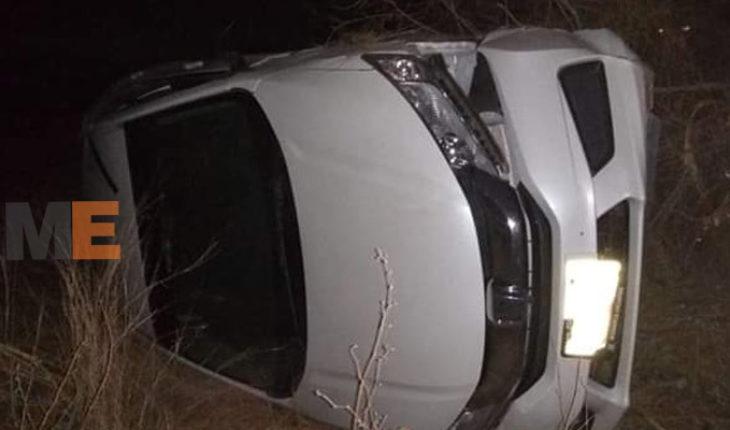 Resulta herido al volcar su automóvil en el municipio de Buenavista
