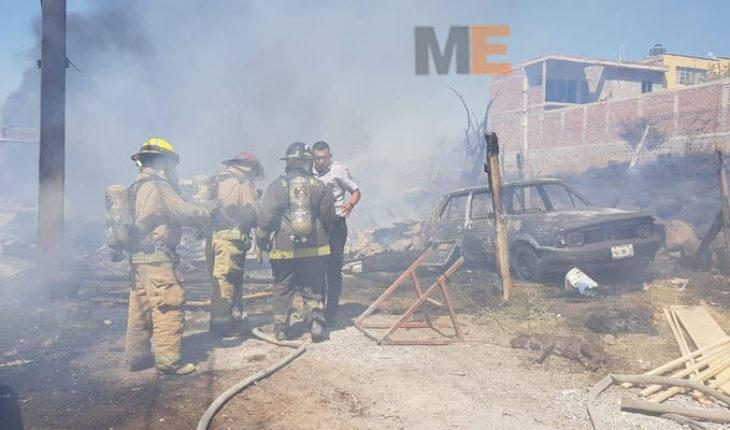 Se incendia carpintería en Zamora, Michoacán, seis automóviles quedaron calcinados