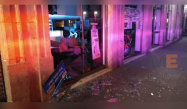 """To steal a TV, a thief smashes glass for the facade of """"Salinas and Rocha"""", in the center of Morelia, Michoacán"""