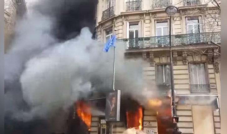 """Una mujer y su bebé atrapados en incendio provocado durante protestas de """"chalecos amarillos"""""""