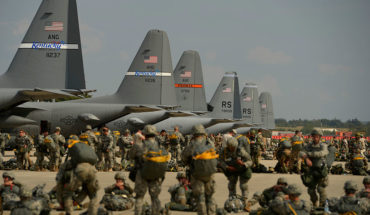 Cost Plus 50. Soldados de EEUU y Canadá en la base aérea de Ramstein, Alemania. Foto: U.S. Department of Defense Current Photos (DoD photo by Staff Sgt. Tim Chacon, U.S. Air Force/Released) (United States government work).