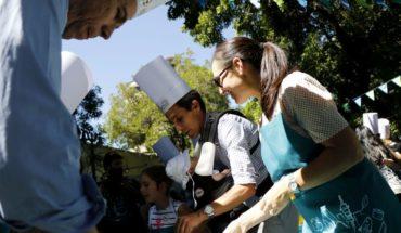 Alcalde de Santiago participa en clases de cocina en el Festival Ñam