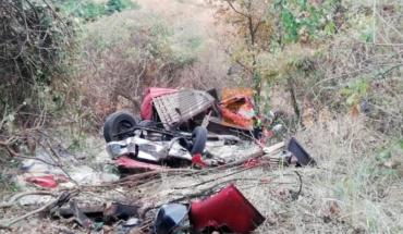 Camionero muere y su hijo queda herido al desbarrancar su unidad en Uruapan, Michoacán
