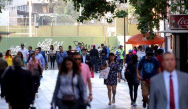 Chilenos más pobres y endeudados: BC afirma que disminuyó riqueza en los hogares y que el endeudamiento se encuentra en máximo histórico