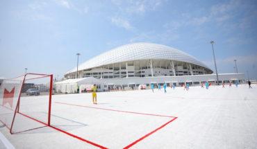 En Rusia, hacen una cancha de fútbol utilizando unos 50 mil vasos reciclados del Mundial