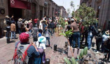 Enfrentamiento con manifestantes deja tres policías heridos; arantepacuenses intentaron entrar a la fuerza a Palacio de Gobierno