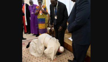 Fuera de protocolo: el Papa exige la paz besando los pies de los líderes de Sudán del Sur