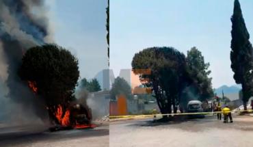 Sujetos desconocidos incendian dos combis del transporte público en Zitácuaro, Michoacán