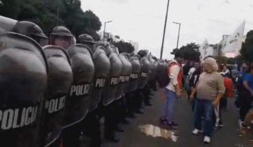 Tensión entre policías y manifestantes frente al Ministerio de Desarrollo Social