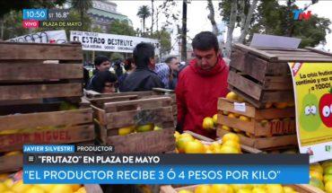 """""""Frutazo"""" en Plaza de Mayo"""