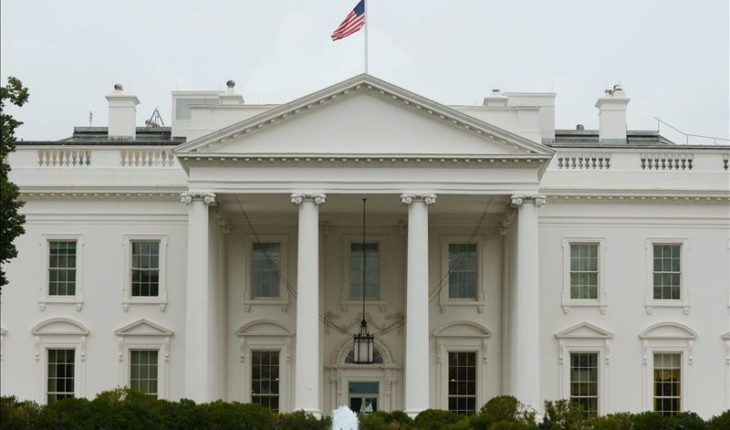 A person tries to catch fire before the White House