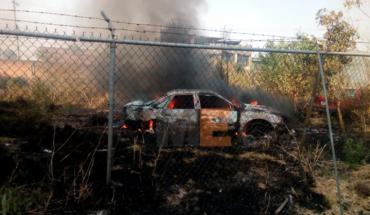 Arden dos vehículos por quema de pastizal en Zacapu, Michoacán