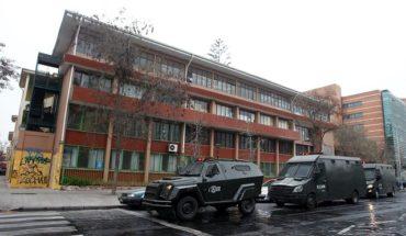 Detienen a jóvenes acusados de rociar con parafina a funcionaria del Liceo Darío Salas: apoderados acusan criminalización de estudiantes