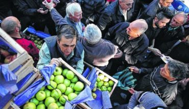 Frutazo in Plaza de Mayo: give away 20,000 kilos of apples and pears
