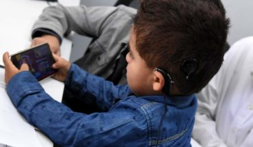 Less than two years listening for the first time his mother thanks to new cochlear implant technology