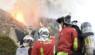 """Notre Dame: Los bomberos y su """"cadena humana"""", los héroes de París"""