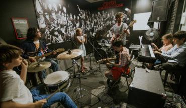 School of Rock y Atlantic Records lanzan programa gratuito de búsqueda de cantautores adolescentes