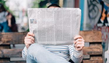 Desinformación: ¿puede el Estado protegerte de ser tonto? Una persona lee un periódico en Berlín. Foto: Roman Kraft (Unsplash)