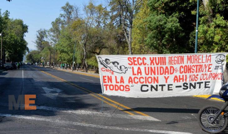 Educadores en Michoacán celebran Día del Maestro con protesta frente a Finanzas