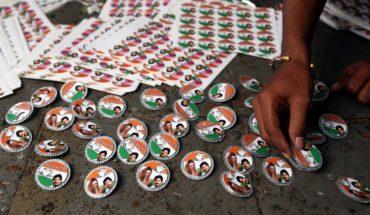 Trabajadores preparan insignias de partidos políticos en la ciudad de Mumbai (India) para las elecciones de 2009. Foto: Al Jazeera English (CC BY-SA 2.0). Blog Elcano