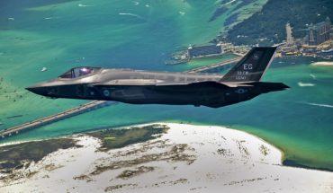 Turquía, el aliado incomodo de la OTAN. El primer avión F-35 Lightning II (JSF) de la Fuerza Aérea de EEUU sobrevolando Destin (Florida), en julio de 2011. Foto: U.S. Air Force photo by Staff Sgt. Joely Santiago (Wikimedia Commons / Dominio público). Blog Elcano
