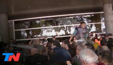 Incidentes con los taxistas en Aeroparque: grúa, tensión y gas pimienta