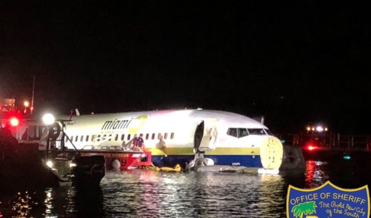 A plane had faults in landing and ended up in the river