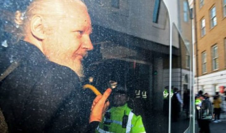 Assange is sentenced to 50 weeks in prison for having sought asylum in the Embassy of Ecuador