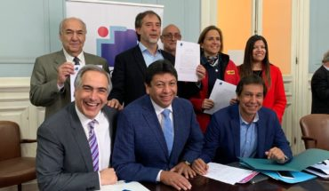 Congress of future signs agreement with communes of Chile