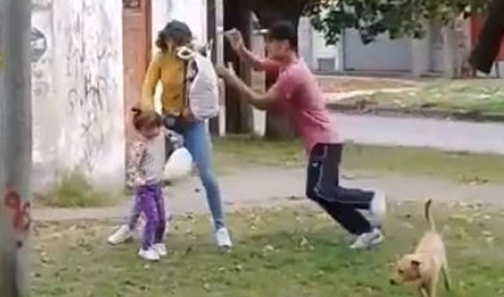 In Argentina they recorded a man hitting his partner, who had his daughter in arms (Video)