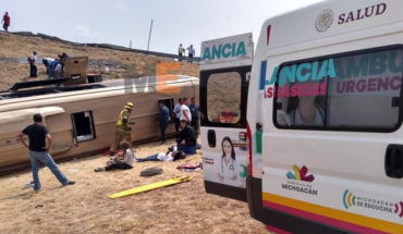 Increases to two the number of people killed in the bus tip-over in Morelia
