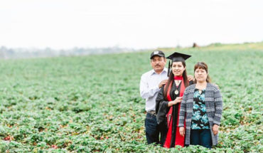 University of Mexican Origin takes photos of graduation in the field where their parents work, in the United States