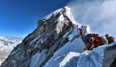 """Why now you have to """"ask for a turn"""" to climb Everest, the highest mountain in the world"""