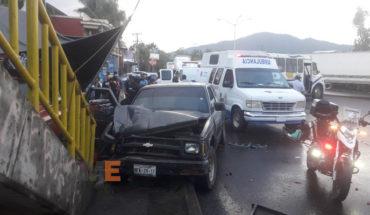 Fallece un peatón y quedan tres lesionados al chocar camioneta contra microbús y un puesto de frutas, en Uruapan, Michoacán