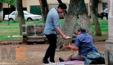 Jóvenes regalan comida a familias afuera del Hospital Civil