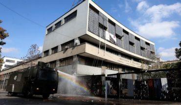 Joven herido al lanzar molotov es estudiante del Instituto Nacional y recinto adelantó las vacaciones